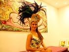 Laryssa Dias, de 'Salve Jorge', mostra arranjo de cabeça do carnaval