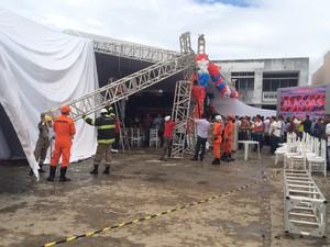 Bombeiros removem parte de estrutura após desabamento (Foto: Carolina Sanches/G1)