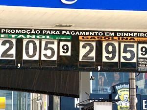 Posto de gaolina exibe preços em Limeira (Foto: Reprodução / EPTV)