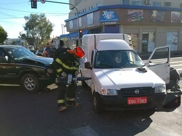 Motorista ficou preso às ferragens e levemente ferido (Foto: Reprodução/ TV TEM)