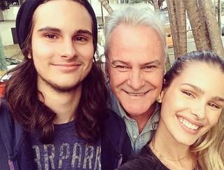 Yasmin Brunet com o pai, Armando, e o irmão (Foto: Reprodução / Instagram)