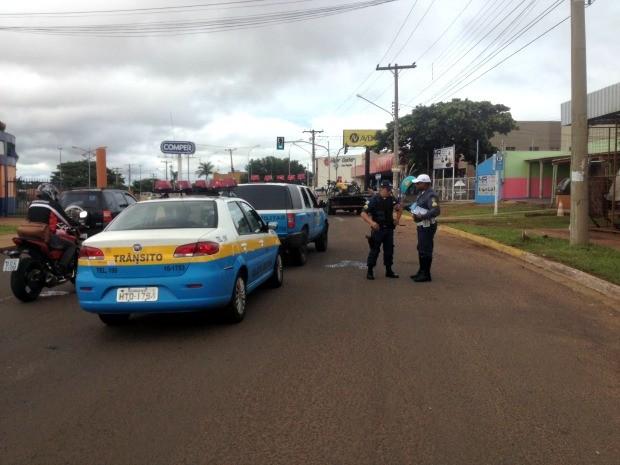 Equipe da Polícia Militar no local em que motociclista bateu em poste (Foto: Nadyenka Castro / G1 MS)