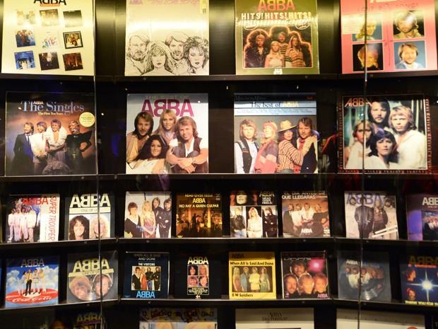 Capas dos álbuns do Abba em museu dedicado ao grupo na Suécia (Foto: Jonathan Nackstrand/AFP)