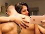 Ex-BBB Jonas posa agarrado com Mari Gonzalez: 'Abraço de urso'