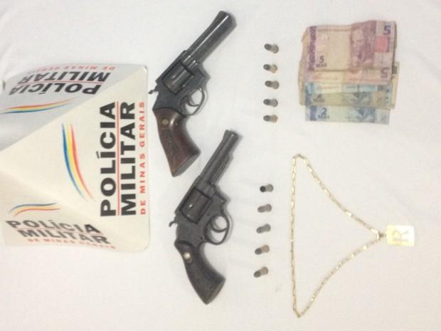 Armas encontradas com autores do roubo (Foto: Polícia Militar/Divulgação)