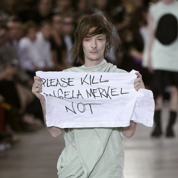 O protesto surpresa no desfile de verão 2016 de Rick Owens (Foto: Getty Images)