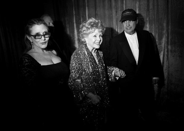 Debbie Reynolds com Carrie Fisher e Todd Fisher  (Foto: Getty Images)