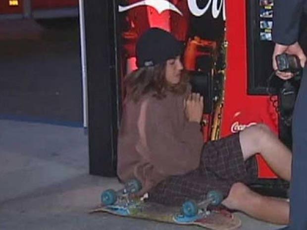 Adolescente ficou com o braço preso em máquina de venda automática de refrigerantes. (Foto: Reprodução)