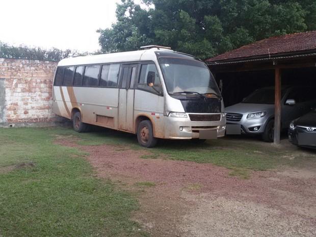 Droga foi encontrada em fundo falso de micro-ônibus, próximo a Matupá (MT) (Foto: Henrique Cotrin/TVCA)