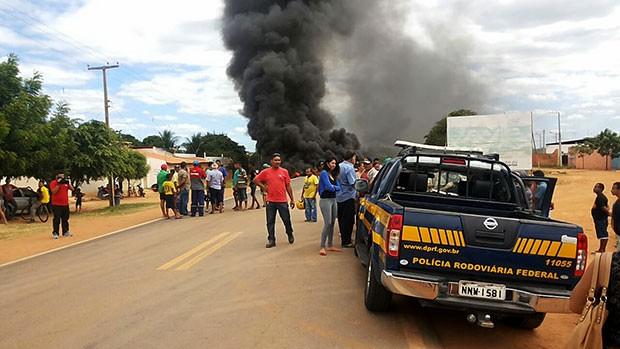 Pneus e galhos de árvore foram incendiados, obstruindo a passagerm de vículos  (Foto: Medeiros Rocha)