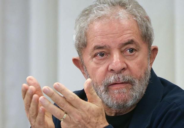 O ex-presidente Luiz Inácio Lula da Silva durante conversa com jornalistas (Foto: Reprodução/YouTube)