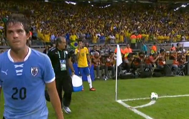 Neymar beijo Álvaro González Brasil Uruguai 2 (Foto: Reprodução SporTV)