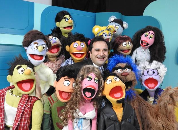 Warley Santana e os bonecos que irão participar do programa  (Foto: Divulgação / TV Cultura)