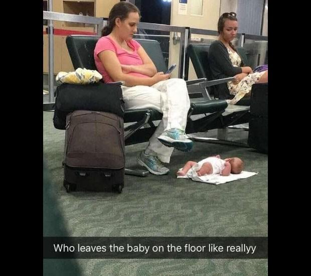 A foto do bebê no chão viralizou e recebeu críticas negativas (Foto: Reprodução/ Twitter)