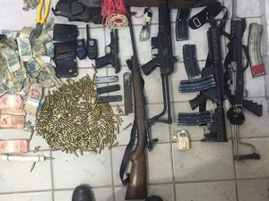 Polícia recupera armas de grosso calíbre, munição e dinheiro (Foto: Polícia Civil)