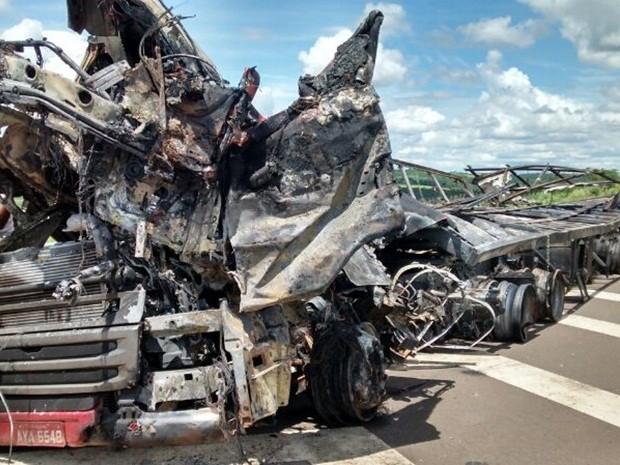 Caminhão foi consumido pelo incêndio (Foto: Ricardo Freitas / TV TEM)