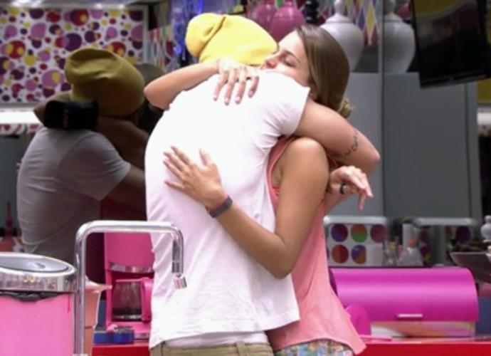 Angela e Junior se aproximaram no início do BBB14 e sempre trocavam carinhos e abraços (Foto: TV Globo)