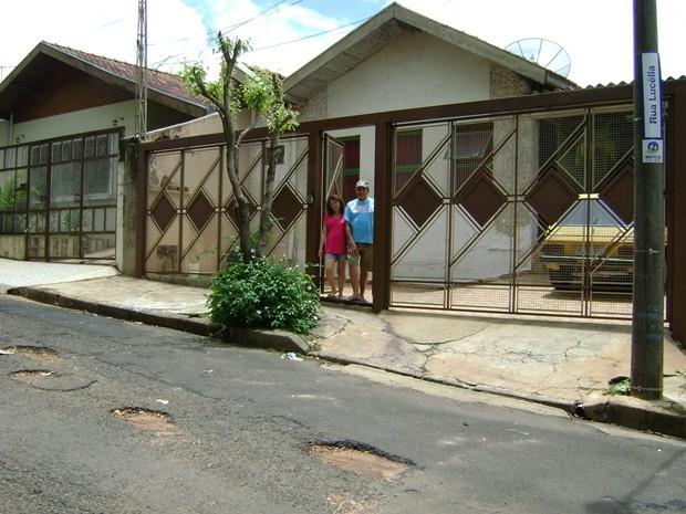 Na rua em frente à casa do casal tem muitos buracos (Foto: Alan Schneider / G1 Bauru e Marília)