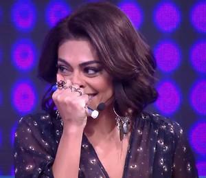 Juliana Paes faz charme na chamada do 'Tamanho Família' (Foto: TV Globo)