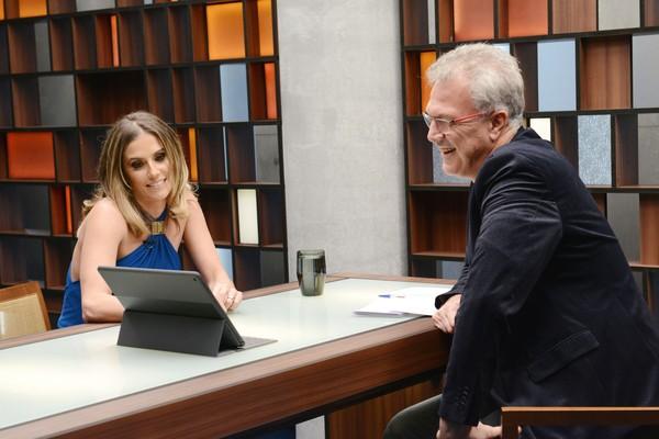 Deborah Secco revela a Pedro Bial: 'É comum andar em casa sem roupa'