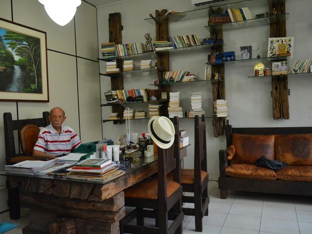 Euro Tourinho na redação do jornal onde trabalha (Foto: Ísis Capistrano/ G1)