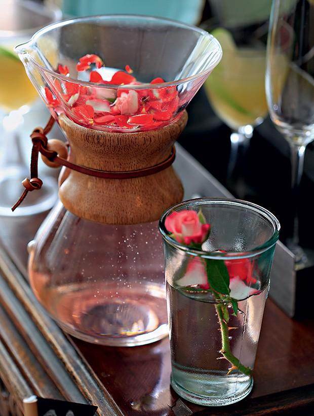 Água de rosas e xarope de romã. Copos LojaMO.D (Foto: Rogério Voltan/Editora Globo)
