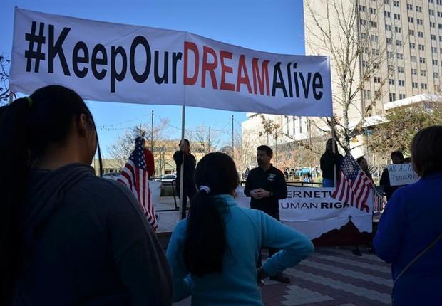 Manifestantes protestam, no Texas, contra o fim da proteção para os jovens da Daca (Foto: EFE)