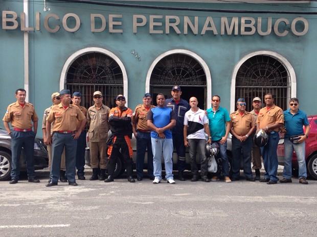 Bombeiros se reuniram em frente ao Ministério Público de Pernambuco (MPPE) (Foto: Ana Regina / TV Globo)