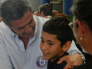 Luiz Humberto Carneiro cumprimentou eleitores no local (Foto: Caroline Aleixo/G1)