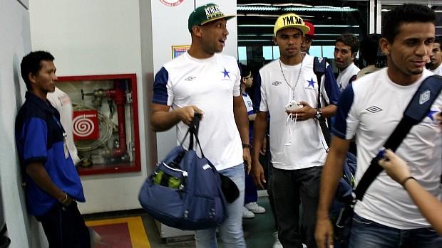 Jogadores do Nacional no aeroporto (Foto: Silvio Lima)