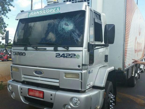 Motorista disse que manifestantes jogaram pedra contra o veículo, em Medianeira (Foto: PRF/ Digulgação)