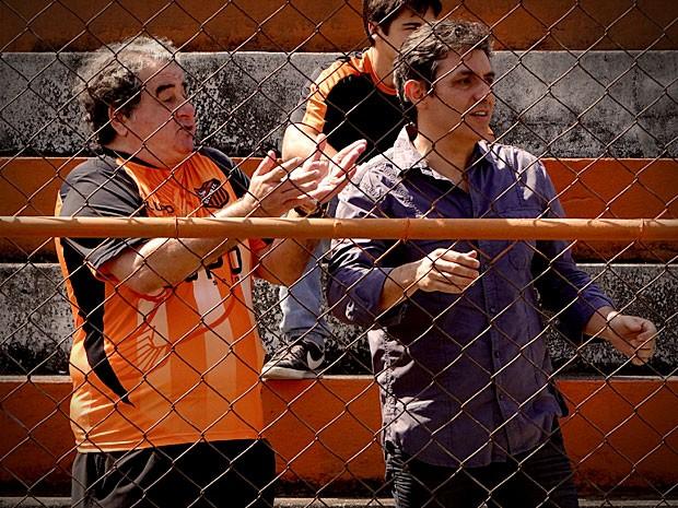 Olheiro fica impressionado com a atuação de Leandro e promete levá-lo para o Flamengo (Foto: Avenida Brasil / TVGlobo)