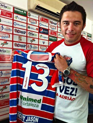 Rony Jason mostra camisa com seu número e cartão-fidelidade (Foto: Diego Morais / Globoesporte.com)
