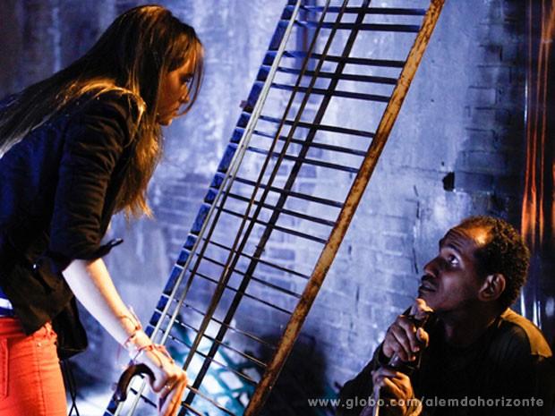 Lili enfrenta homem e pede informações sobre quem frequentava o galpão (Foto: Sangue Bom / TV Globo)