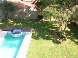 Quintal com gramado e piscina na casa de Roger Abdelmassih em Assunção, no Paraguai (Foto: Divulgação)