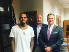 Chris Brown comparece a audiência sobre pensão da filha