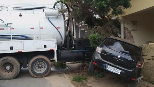 Caminhão perde o freio, atinge carro e derruba parede de casa em MG