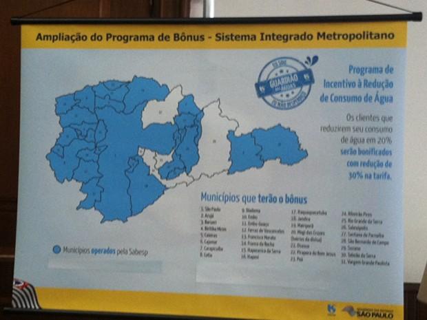 Painel com os municípios que terão desconto na conta de água (Foto: Letícia Macedo/G1)
