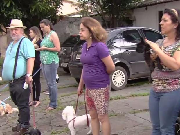 Moradores reclamam de ataques de cães que vigiam depósito em Goiânia Goiás (Foto: Reprodução/TV Anhanguera)