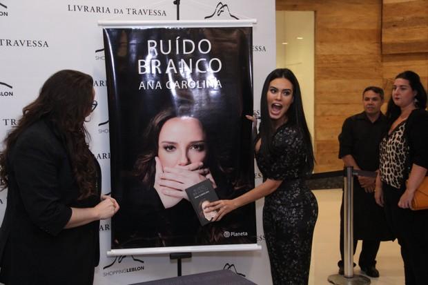 Ana Carolina lança o livro no Rio de Janeiro  (Foto: Wallace Barbosa/AgNews)