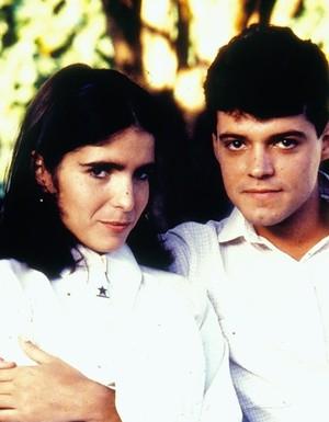 Malu Mader (Lurdinha) e Felipe Camargo (Marcos) formavam par romântico em Anos Dourados