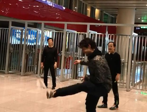 """BLOG: Pato se junta a roda de chineses e joga """"altinha"""" com peteca; confira"""