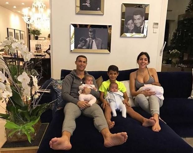 Cristiano Ronaldo com a mulher Georgina e os quatro filhos
