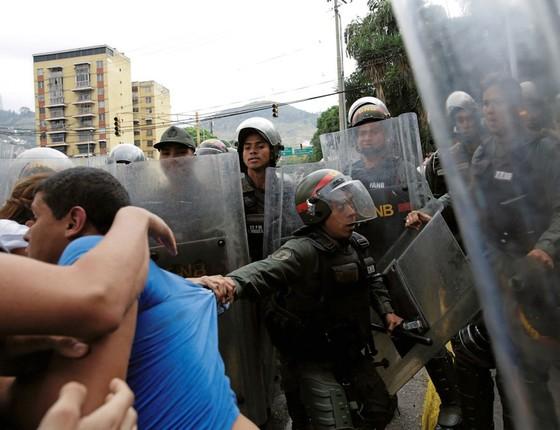 Embate entre militantes da oposição e a Guarda Nacional da Venezuela,em frente á Suprema Corte (Foto: Marco Bello / Reuters)