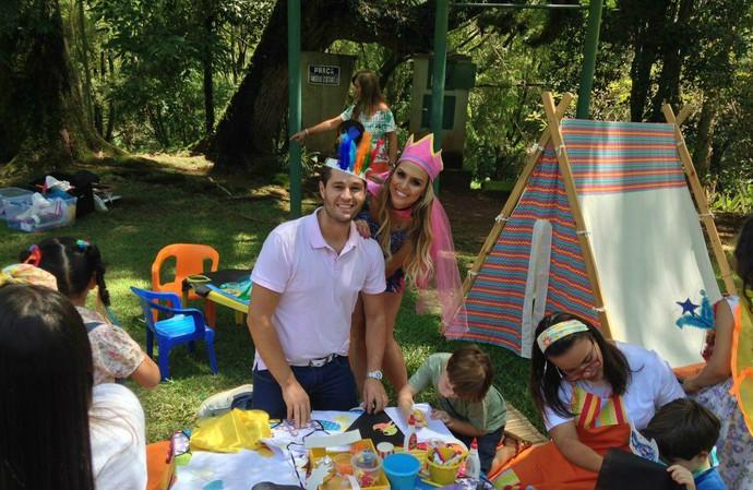 Pedro Leonardo e Aline Lima se divertem com uma criançada bem animada (Foto: reprodução EPTV)
