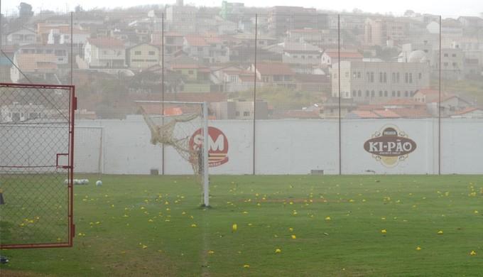 Nuvem de poeira invadiu o gramado no Ct do Boa Esporte (Foto: Tiago Campos)