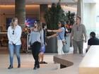 Cleo Pires passeia com a família em shopping e manda beijo pro paparazzo