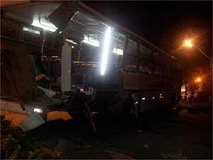 Ônibus danificado após acidente em Valinhos (SP) (Foto: Lana Torres/G1Campinas)