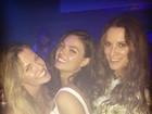Isis Valverde se diverte com amigas em show do namorado no Rio