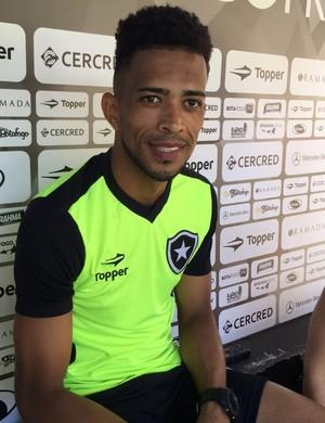 Luis Ricardo Coletiva Botafogo (Foto: Marcelo Baltar/GloboEsporte.com)
